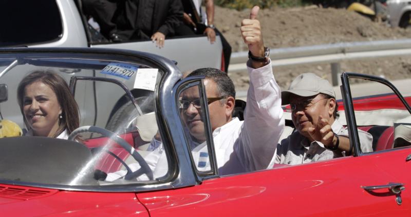 El presidente Mauricio Funes dio su recorrido inaugural del Bulevar Monseñor Romero en un carro clásico de colección prestado. / Foto de Transparencia Activa, el periódico de Casa Presidencial.